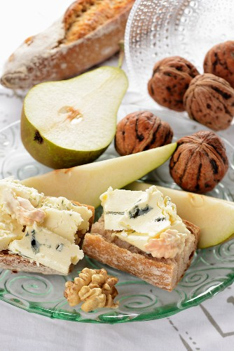 Baguette with blue cheese, pears and walnuts