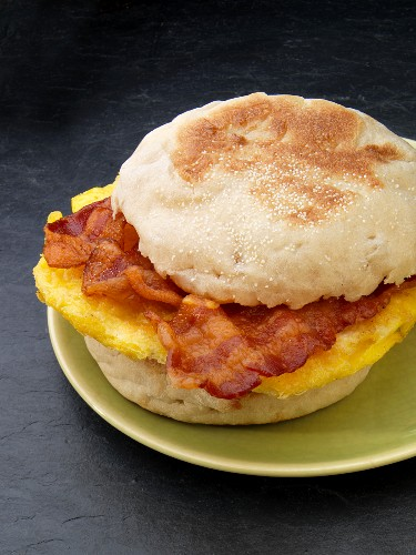 An English muffin with bacon and scrambled egg (USA)