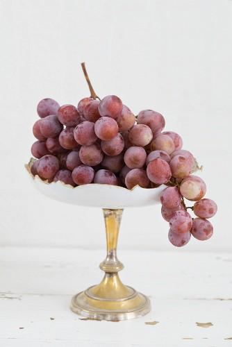 Rote Trauben auf einer Etagere