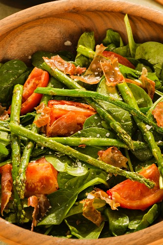 Spinach salad with roasted tomatoes, asparagus and Prosciutto