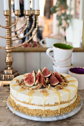 Cheesecake with figs, honey and walnuts