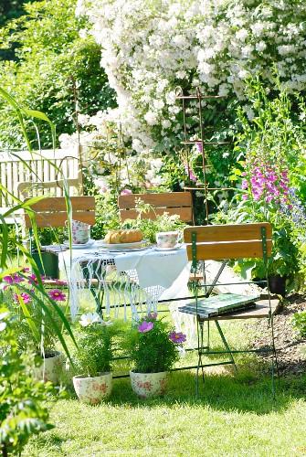 Gugelhupf auf Tisch im sommerlichen Garten