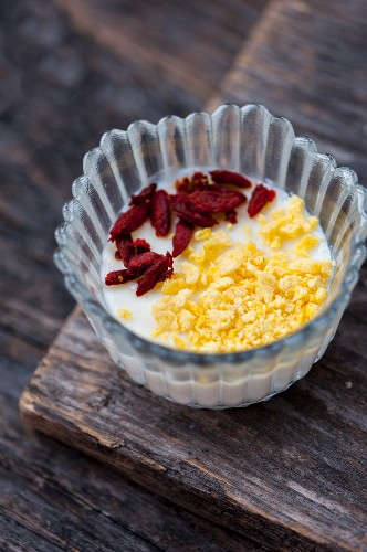 Vanilla panna cotta with goji berries and flakes