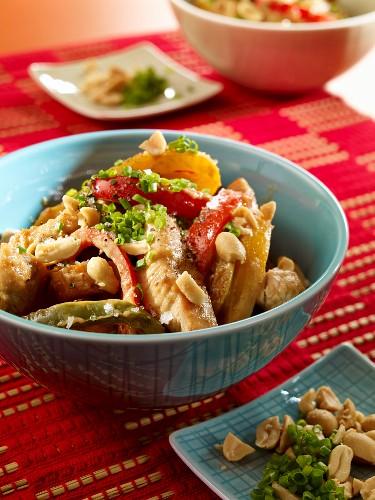 One Pot mit Putenfleisch, Paprika und Erdnüssen (Low Carb)