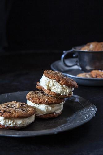 Schoko-Tahini-Cookies mit Vanilleeiscreme