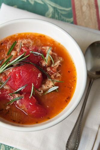 Tomatensuppe mit Hähnchen und Rosmarin