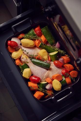 Hühnerkeulen mit Gemüse auf Backblech