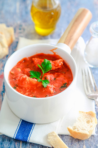 Kabeljau in Tomatensauce mit Zwiebeln und Petersilie