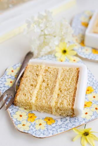 Ein Stück Zitronenkuchen mit Zuckerglasur