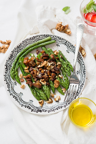 Green asparagus and walnut salad
