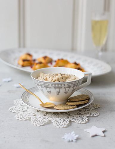 Hummus mit Crackers & Merguez-Täschchen