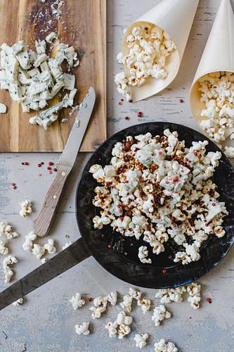 Popcorn mit Gorgonzola, Karamell und rotem Pfeffer