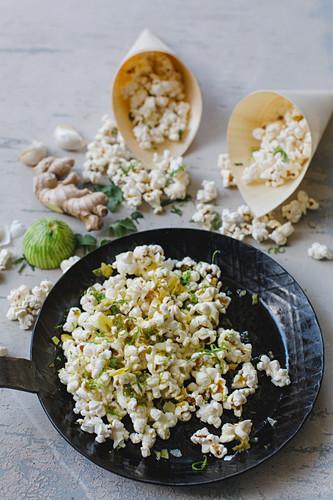 Popcorn mit Chili, Ingwer, Knoblauch und Limette