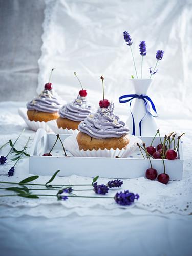 Vegane Sauerkirsch-Cupcakes mit Lavendelcreme