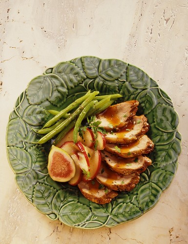 Pork fillet with green beans, apples and figs