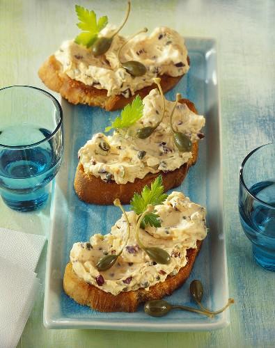 Crostini mit Frischkäse-Olivenaufstrich