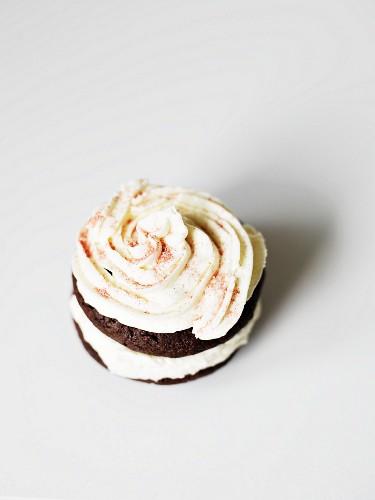 Schokoladen-Whoopie Pie mit Cremefüllung