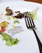 Poesie auf leergessenem Salatteller im Cafe Dukatz (München)