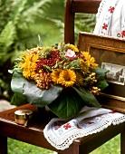 Biedermeierstrauss mit Beeren und gelben Staudensonnenblumen