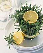 Zitrone auf kr uter bambus gesteck als tischdeko stockfood - Tischdeko bambus ...