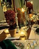 Festlicher Weihnachtstisch mit Kerzen & Beerenbäumchen