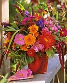 Bunter Blumenstrauß mit Dahlien und Chrysanthemen