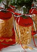 Festlich gedeckter tisch mit blumendeko und pasta stockfood for Italienische dekoration