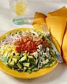 Salatteller mit Gemüse, Ei, Käse und Hähnchen ohne Dressing