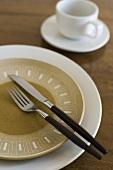 Gedeck mit Salatteller, Besteck und Tasse