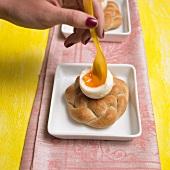 Weichgekochtes Ei in einem selbstgebackenen Hefebrötchen