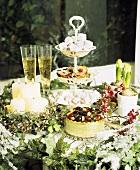 Weihnachtstisch mit Kuchen und Süssigkeiten