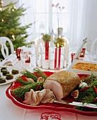 Gedeckter Weihnachtstisch mit Schinkenbraten