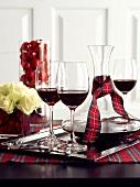 Rotwein in Gläsern und Karaffen auf einem Weihnachtstisch