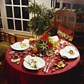 Festlich gedeckter Weihnachtstisch in Rot