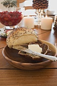 Mohnbrötchen und Butter am Weihnachtstisch (USA)