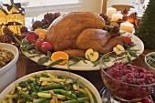 Gebratener Turkey mit Beilagen auf Weihnachtstisch (USA)
