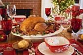 Gebratener Turkey auf Weihnachtstisch vor Kamin