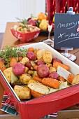 Wurzelgemüse aus dem Ofen auf Weihnachtstisch (USA)