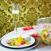 Salatteller und Sektglas auf Tisch