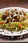 Kibbeh (Getreide-Fleisch-Klöße auf Salatteller)