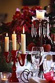 Weihnachtstisch mit verschiedenen Kerzenleuchtern