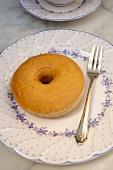 Ein Doughnut mit Gabel auf einem Teller