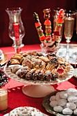Weihnachtstisch mit Plätzchen, Süssigkeiten und Sekt