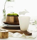 Rustikale Tischdeko aus Holz, Moos und Zweigen für den Weihnachtstisch