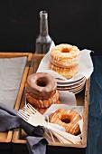 Mischung aus Donuts und Croissants in einer Holzkiste