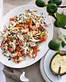 Salatteller mit Putenfleisch, Garnelen und Sellerie