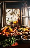 Frisch geerntetes Gemüse und Früchte