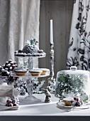 Weihnachtstisch mit Mince Pies, Christmas Pudding und gezuckerten Trauben