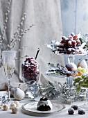 Weihnachtstisch mit gezuckerten Früchten, Pralinen und Sekt