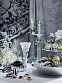 Weihnachtstisch mit Austern, Kaviar und Sekt